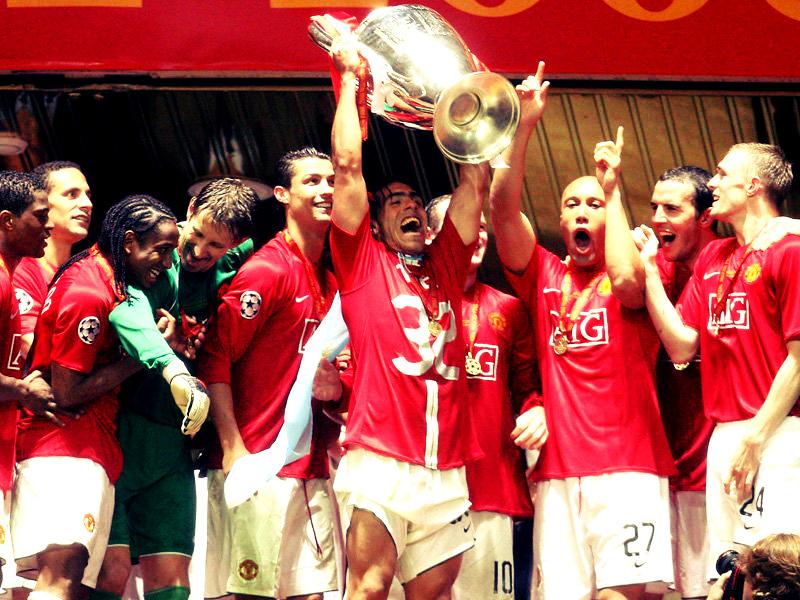 Tévez levantando la UCL que ganó con el United en 2008